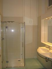 Zuhanyfal fürdőszobánkba
